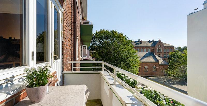 5.etasje, solrik balkong ut fra kjøkken og heis er noen av faslitetene i denne boligen.