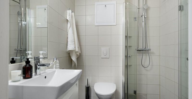 Pent og praktisk baderom fra 2014 som ble rehabilitert i regi av aksjelaget.