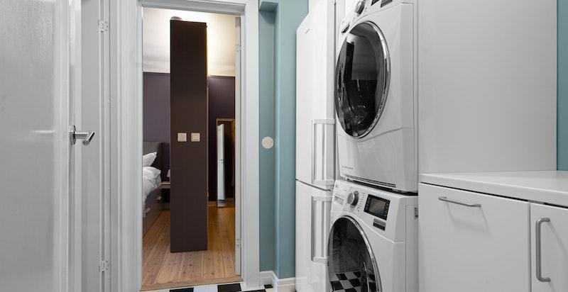 Praktisk vaskerom mellom soverommene med opplegg for vaskemaskin og tørketrommel (medfølger ikke)