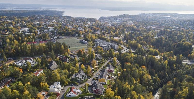 Kort vei til skoler og barnehager, Ullern idrettspark (med ny helårs fotballbane og kunstisbane), samt gangavstand til offentlig kommunikasjon.