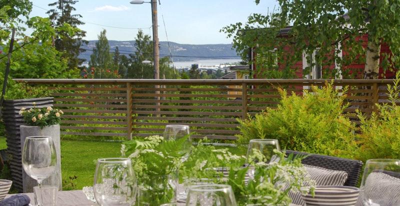 Fra både 1.- og 2. etasje strekker utsikten seg helt mot Oslofjorden.