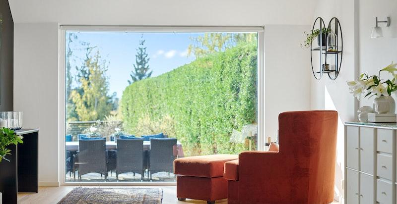 Flott og hyggelig utsyn mot terrasse og hage.