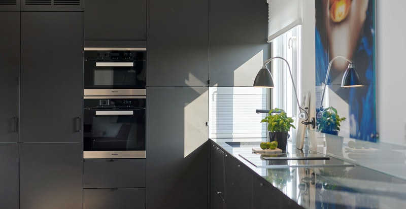 Kjøl, frys og oppvaskmaskin er fra AEG. Øvrige hvitevarer er fra Miele.