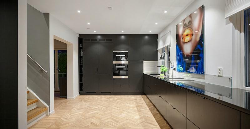 I tillegg til at kjøkken ble byttet ut i 2018 ble to vegger revet, nytt gulv lagt i kjøkken og kontor samt alle overflater i huset malt.