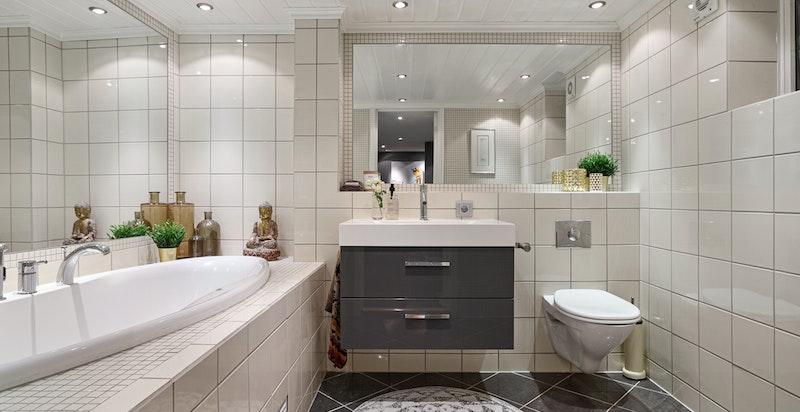 Badet ble rehabilitert i 2004 og fremstår med innfliset badekar med dusj.