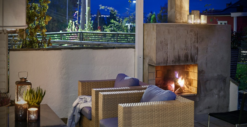 Peisen sikrer lune og gode kvelder ute i hagestuen.