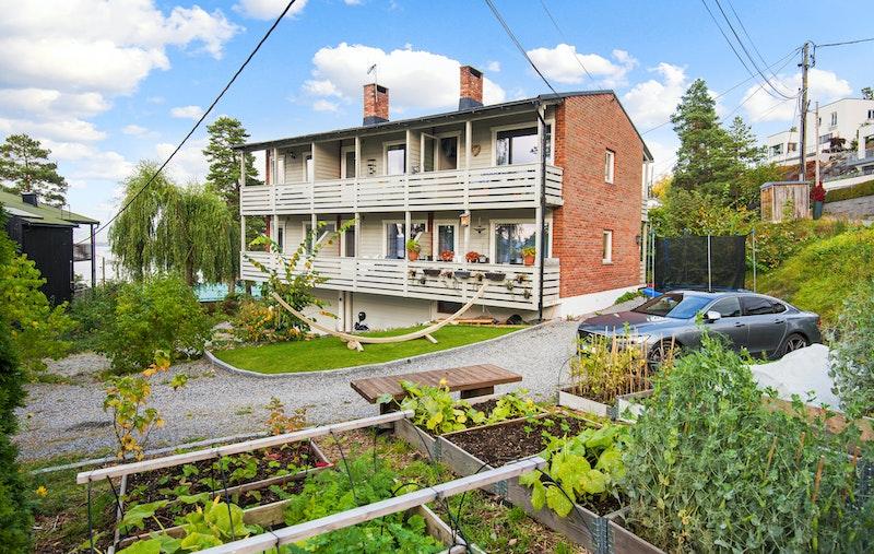 Hyggelig beliggende boliggård med 6 leiligheter. Leiligheten for salg ligger øverst til høyre.