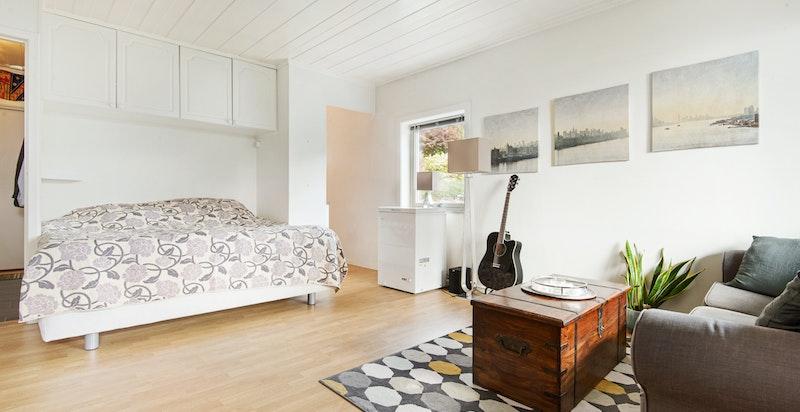 Fin plass til både dobbeltseng (alternativt sovesofa eller skapseng) og sofagruppe