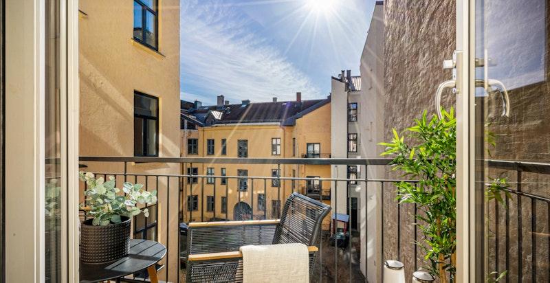 Solrik balkong inn mot rolig bakgård