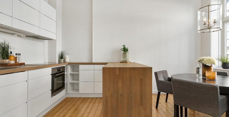 Stilrent kjøkken med god plass til spisebord