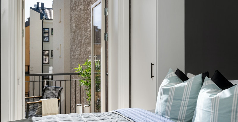 Lyst, hyggelig hovedsoverom med utgang til balkong