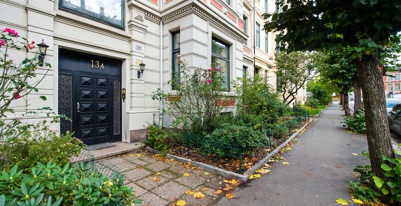 Velkommen til denne gjennomgående og fine 5-roms selveierleiligheten, attraktivt beliggende på populære Frogner