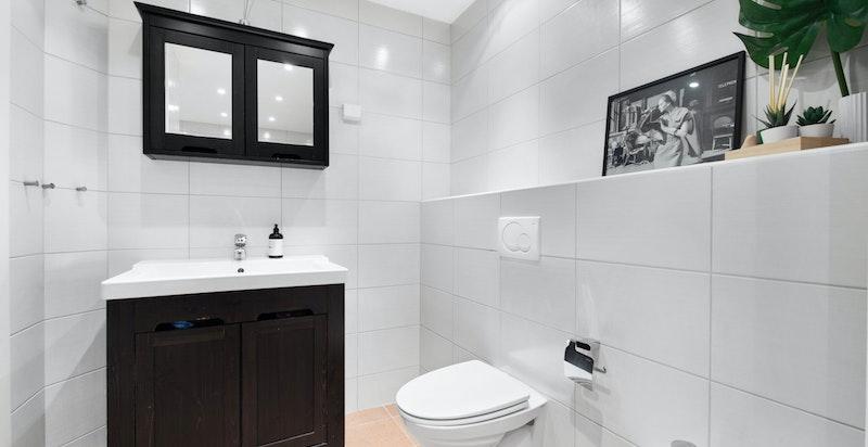 Hovedbad/wc: Badet har varmekabler i gulv, veggmontert wc, bidet, servant med underskap og blandebatteri