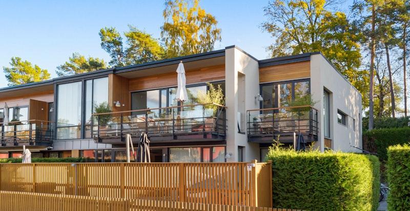 Leiligheten er beliggende i 2. boligetasje som en topp- og hjørneleilighet.