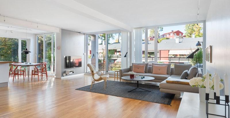 Leiligheten er moderne og romslig med en flott, åpen stue- spisestue- og kjøkkenløsning.