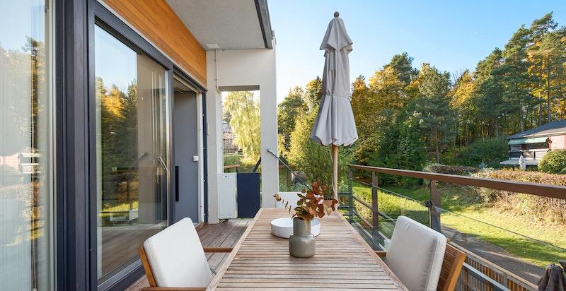 Fra stue er det utgang til balkong på ca. 14m².