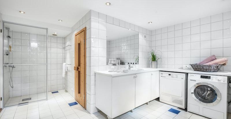 Vaskerom med dusj og badstue