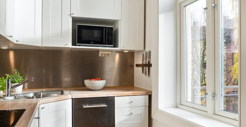 Hyggelig kjøkkenhjørne ved vinduet som vender ut mot balkongen Serveringsluke sommerstid!