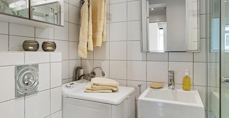 Dusjbad med vegghengt wc og plass til vaskemaskin