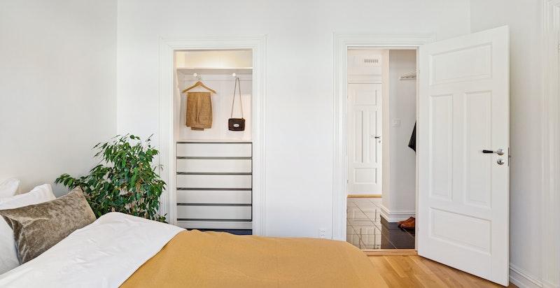 Soverommet har dør ut til gang/ bad og det er en praktisk garderobenisje