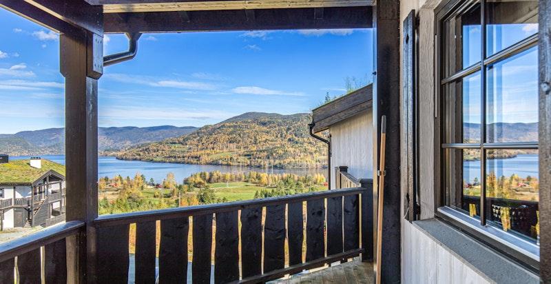 En koselig toppleilighet med veranda. Nydelig utsikt over Krøderen og områdene rundt