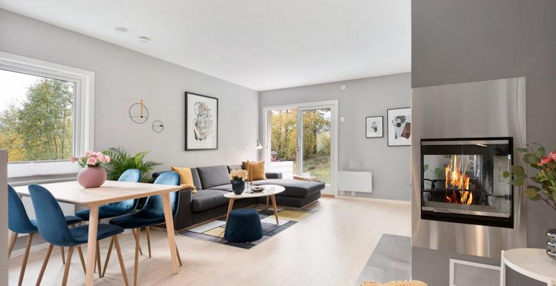 Stuen er meget lys med vinduer på tre sider og utgang i begge ender. Praktisk endehus på terreng gjør bruken lettvint for liten og stor