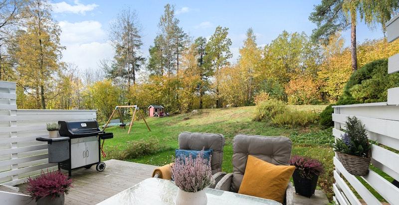 Stor og solfylt terrasseplatting vender mot sameiets fellesarealer. Her er det bilfritt og naturskjønt og perfekt for lek og uteaktiviteter