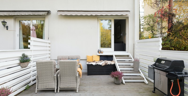 Herlig og solfylt terrasseplatting og felles hage med utgang fra stue