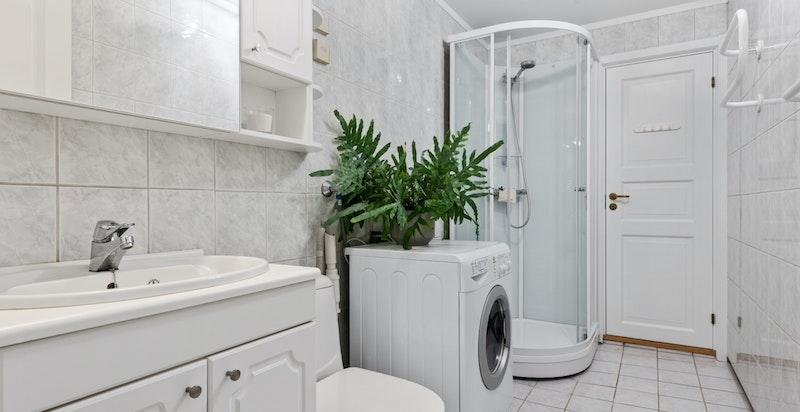 Flislagt bad med nytt dusjkabinett og toalett