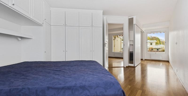 Romslig soverom med mye garderobeplass