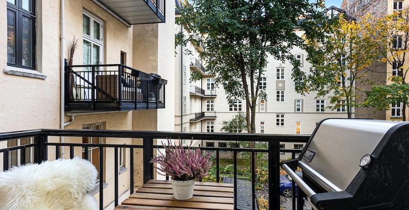 Nyere balkong mot bakgård, utgang via bod i baktrapp