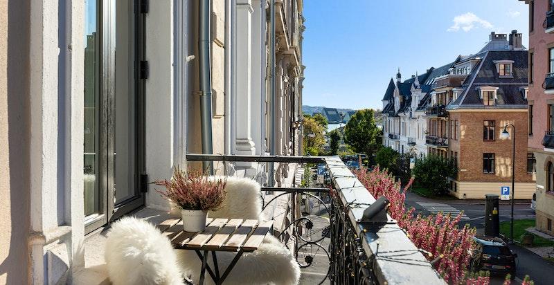 2 balkonger i leiligheten. Fra denne ut mot gaten kan du se ned til Fram museet.