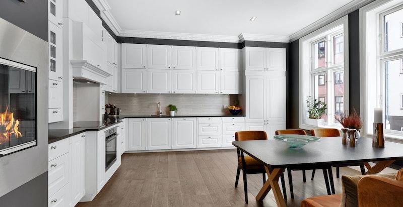 Stort stilrent kjøkken fra Kvik. Integrerte hvitevarer og god plass til spisestue