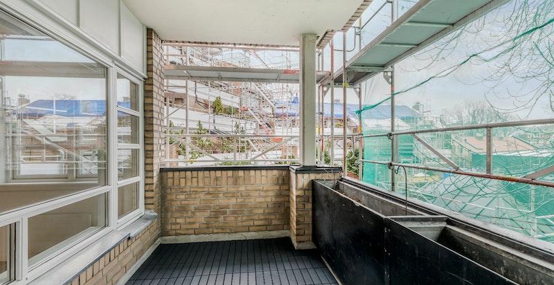 Fra stuen har du utgang til en romslig balkong mot bakgården