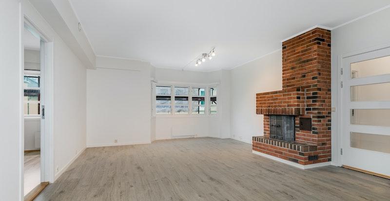 Stuen har nylagt gulv og nymalte vegger
