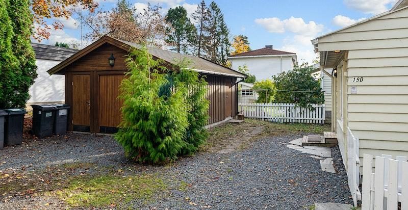 Det er oppført garasje med en praktisk bod med dør inn fra gårdsplassen