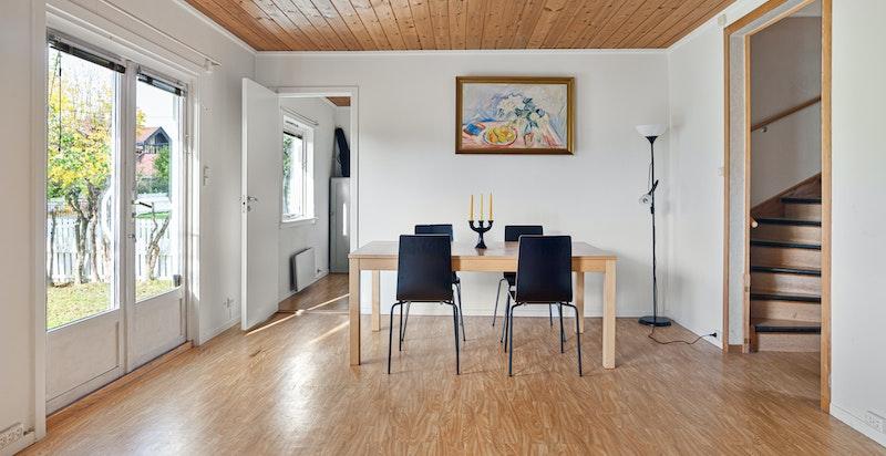 Det er satt opp en vegg som deler av stuen for et ekstra soverom. Dette kan enkelt åpnes opp.