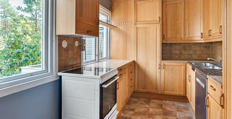 Kjøkkenet ligger vis a vis stuen og det er gode muligheter for å åpne opp mellom rommene