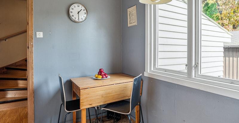 Spiseplass på kjøkkenet med utsyn mot gårdsplass
