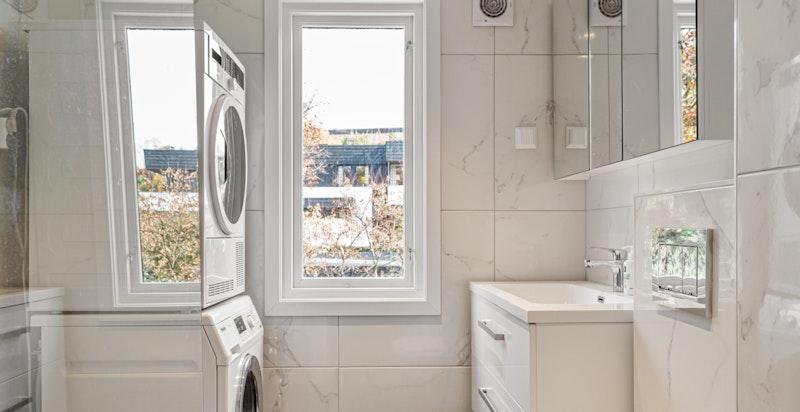 Bad i 2. etasje er oppusset i 2019 av fagfolk med tidløse materialvalg