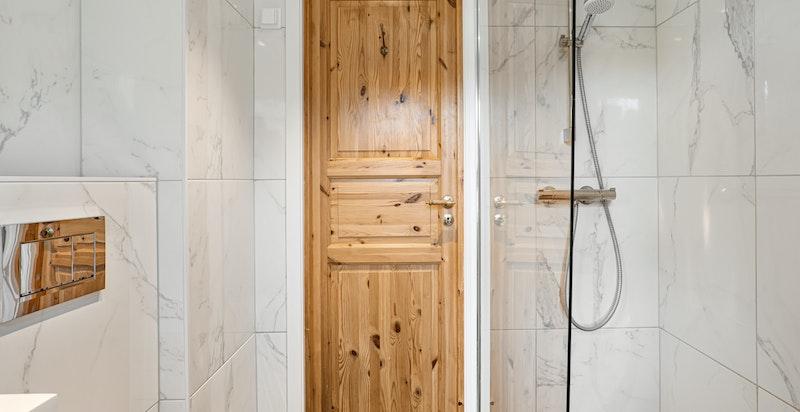 Dusjbad med opplegg for vaskemaskin og tørketrommel og vegghengt wc