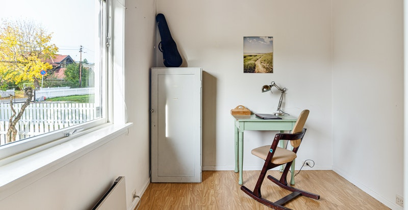 Kontor / soverom innenfor stuen. Rommet kan enkelt inkluderes i stuen ved å fjerne vegg.