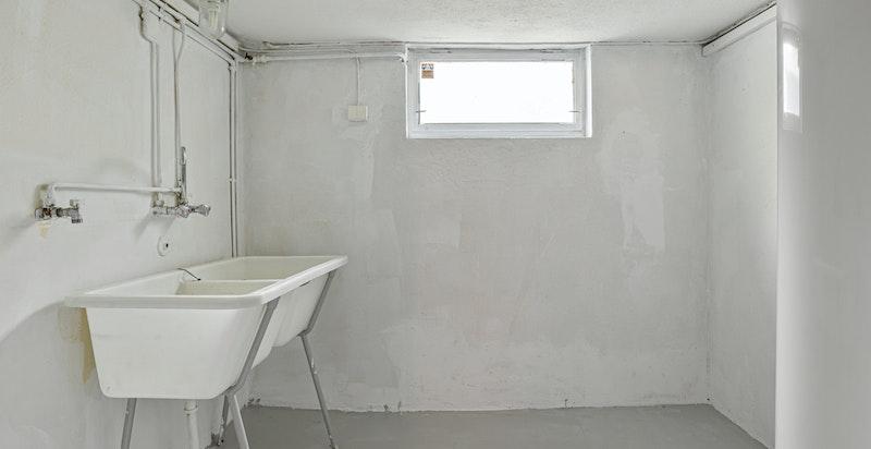 Vaskerom i kjeller, det er installert ny varmtvannstank i 2020 samtidig som innvendig oljetank ble tatt ut
