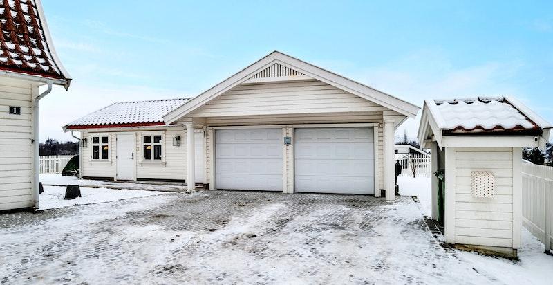 -Steinsatt gårdsplass med stor dobbelgarasje med anneks/hjemmekontor-