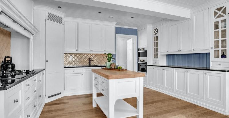 - Stor kjøkkeninnredning med hvite behandlede fronter-