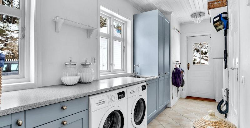 -Vaskerom med gulvvarme og flislagt gulv med sokkelflis mot vegger og under dør-
