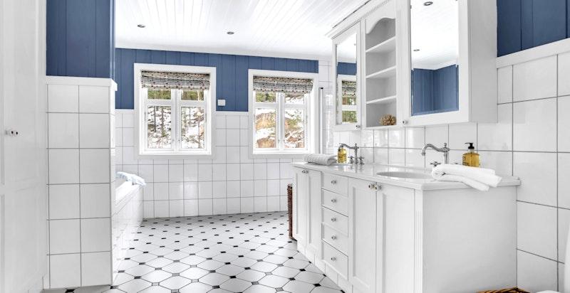 -Delikate bad i 2.etasje innredet med helstøpt plate med 2 servanter over baderomsmøbel, klosett, dusjhjørne og badekar-