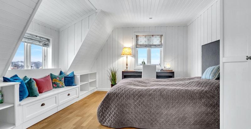 -Soverommene er av god størrelse med plassbygde innredninger-