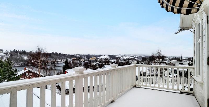 - Eiendommen har flere utesoner med. terrasseplatting og utkraget balkong i 2.etasje-