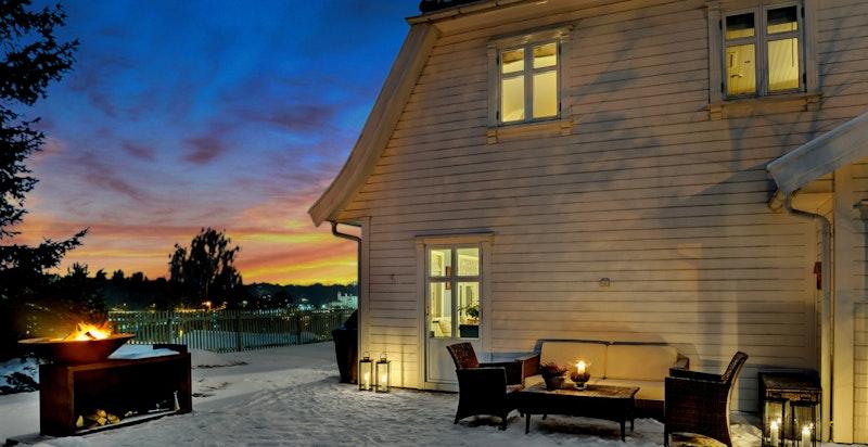 -Gjennomført og tiltalende bolig med flotte uteområder-